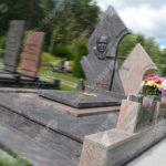 Можно ли экономить при покупке надгробия? Как выбрать дешёвый, но качественный памятник?
